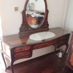 Κρεβατοκάμαρα με κομοδίνα και τουαλέτα