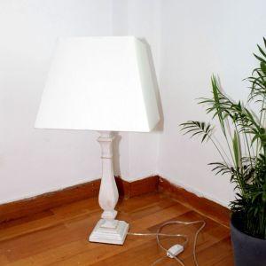 Επιτραπέζιο ξύλινο λευκό φωτιστικό με υφασμάτινο καπέλο ZARA HOME