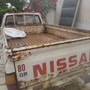 NISSAN μακριά καρότσα μοντέλο του 1985 λειτουργεί κανονικά έχει χαρτιά καί πινακίδες. κλπ Άδεια αγροτικού