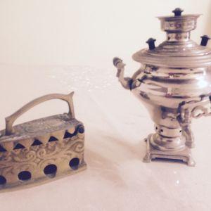 Μικρό Ρώσικο σίδερο  σιδερώματος  ταξιδίου   μπρούντζινο,   εποχής  αρχών  19ου   αιώνα(τσαρικής   εποχής)  και  μικρό   σαμοβάρι