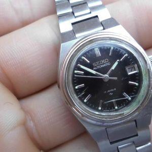 Γυναικείο ρολόι Seiko automatic. water resistant. Δηλαδή δεν θέλει κούρδισμα δουλεύει με την κίνηση του χεριού ανθεκτικό στο νερό το γράφει στην πίσω πλευρά έχει ένδειξη ημερομηνίας