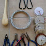 Εργαλεία για κόσμημα, τελάρα για κέντημα, κατασκευές με yo yo maker και χειροτεχνίες, μεζούρες, σύρμα, φερμουάρ, νήματα (Πωλούνται όλα μαζί)