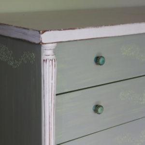 Συρταριέρα με χειροποίητη διακόσμηση
