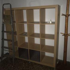 βιβλιοθήκη ικεα kallax με δυνατότητα να κλείσουν κάποια κουτιά
