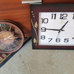Δύο ρολόγια τοίχου ολοκαίνουρια