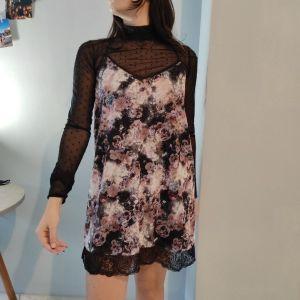 φόρεμα φλοράλ με δαντέλα σαν κομπινεζόν