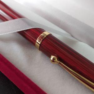 Πανέμορφη πένα κλασικού-μοντέρνου design σε σχέδιο ξύλου και καφέ-μπορντώ χρώμα
