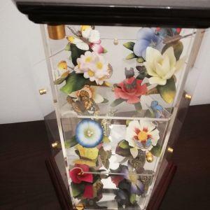 πορσελανινα λουλούδια  σε βιτρινα μινιατούρα
