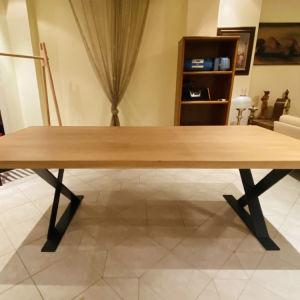 Τραπέζι τραπεζαρίας με ξύλο κ μεταλλικά πόδια σε μοντέρνο σχέδιο - μπορεί να χρησιμοποιηθεί κ ως γραφείο