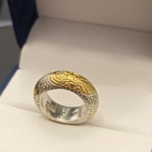 ασημένιο δαχτυλίδι με χρυσή λεπτομέρεια