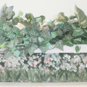 Ζαρντινιέρα μεταλλική  ζωγραφισμένη με ψεύτικα πανέμορφα διακοσμητικά άνθη, διαστάσεων 60χ20εκ.