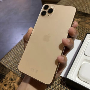 iphone 11 pro max ΜΕ ΤΟ ΦΟΡΤΙΣΤΗ ΤΟΥ
