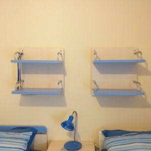Κρεββάτι με συρόμενο ραφιέρες τοίχου και κομοδίνο 300