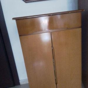 παπουτσοθήκη με ένα συρτάρι με τέσσερις θέσεις μαζί του ο καθρέφτης
