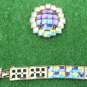 Καρφίτσα τετράγωνη και βραχιόλι με κρυσταλλάκια Swarovski σε πανέμορφα μοναδικά χρώματα. Η καρφίτσα έχει διαστάσεις 6χ6 εκατοστά και το βραχιόλι 19 εκατοστά