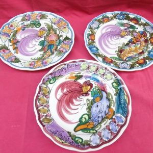 Τρία παραδοσιακά Σκυριανά χειροποίητα πιάτα.