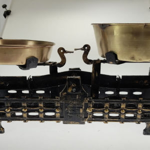 Παλιά, αναπαλαιωμενη ζυγαριά,με τα αυθεντικά ορείχαλκινα τάσια της,(χαμηλό  και ψηλό).Βρέθηκε στις Σέρρες. Διαστάσεις:54,5εκ×24εκ.20Kg.