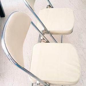Δύο ανοιγοκλειόμενες μεταλλικές καρέκλες με δερματίνη