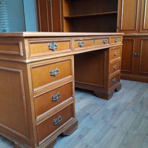 Γραφείο από ξύλο μεσογειακής καρυδιάς κατασκευασμένο από το βαράγκη (Λάρισα) .