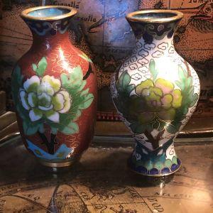 Αντίκες αυθεντικά Κλουαζονέ από τα μέσα του 20ου Αιώνα..Σετ 2 βάζα μπρούτζινα επισμαλτωμένα με πολύχρωμα σμάλτα και floral σχέδια...Άριστη κατάσταση! cloisonne vases...ΤΙΜΗ ΣΕΤ