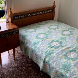 κρεβάτι με κομοδίνο