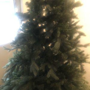 χριστουγεννιατικο δέντρο ύψος 2.10 με 3 είδη κλαδιου.αγορασμένο το 2019 στα 250ευρω