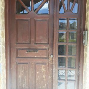 Πόρτα εισόδου με πλαϊνό ξύλινη