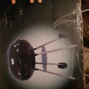 Ψησταρια BBQ απο ατσαλι με καπακι φορητη διαμετρου 55cm στο κουτι της καινουργια. Λιανικη τιμη 130 ευρω.