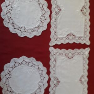 Λευκό σετ σεμέν, τεσσάρων κομματιών,  κεντημένα.  Κωδικός 106