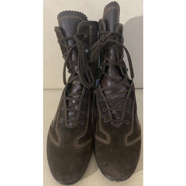 extremely gorgeous genuinely leather boots by Tods made in Italy in excellent condition size 38