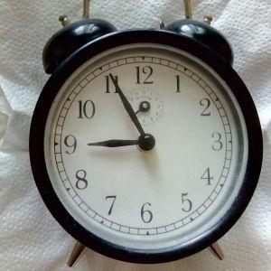 Vintage, κουρδιστό, μαύρο ρολόι ξυπνητήρι