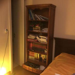 βιβλιοθήκη νεοκλασικού ύφους με πέντε Ραφια και μεγάλο συρτάρι κάτω Υπάρχει και η δίδυμη της.