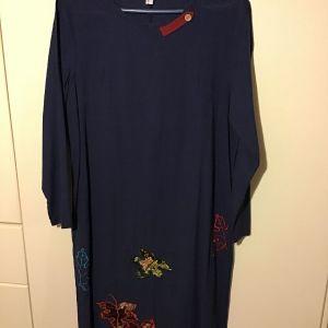 Βαμβακερό ανοιξιάτικο φόρεμα μίντι με κέντημα .....