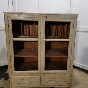 Έπιπλο (ντουλάπι - πιατοθήκη) με συρτάρια συντηρημένο και με απεντόμωση, εποχής 1950