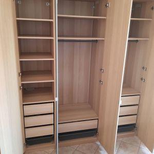 Ντουλάπα IKEA PAX, προσαρμοσμένη και πλήρως εξοπλισμένη με εσωτερικά εξαρτήματα αποθήκευσης