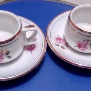 2 φλιτζανάκια με πιατάκια με ροζ λουλουδάκια και επιχρυσωμένα τμήματα, Ιονία