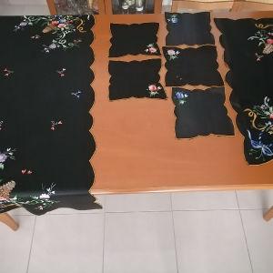 σετ 7 τεμαχίων (5 πετσέτακια και 2 σεμεν μεγαλο και μικρο)  σε μαύρο σατέν ύφασμα και χρυσό φυτιλι στο τελείωμα.