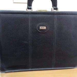 Δερμάτινη επαγγελματική γυναικεία τσάντα μαύρου χρωματος.