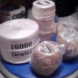 Σπάγκοι διάφοροι, 1 μεγάλο πακέτο πλαστικός άσπρος σπάγκος 16000 Denier, 3 πακέτα σπάγκος βαμβακερός Νο 50 και 3 πακέτα σπάγκος καννάβεως Νο 26. Η τιμή για όλα μαζί.