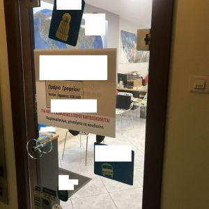 Γυάλινη πόρτα με πλαινούς μεντεσέδες σχεδόν καινούργια