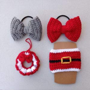 Χριστουγεννιατικο πλεκτό σετ δώρου τεσσάρων τεμαχίων. Αποτελούνται από δύο φιογκακια γκρι, κόκκινα λαστιχακια αξεσουάρ για τα μαλλιά. Ένα Στεφανάκι στολίδι, ένα κάλυμμα για το ποτήρι σας Άγιος Βασίλης