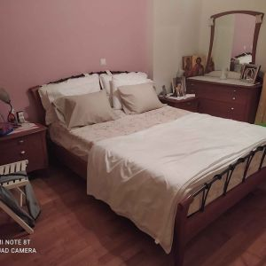 Κρεβατοκάμαρα με στρώμα Coco-mat Atlas, δυο κομοδινα, καθρέφτης και τουαλέτα