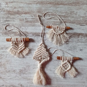 Σετ από τέσσερα μακραμε μπεζ χριστουγεννιάτικα στολίδια σκανδιναβικού στυλ. Δεντράκι και αλλα με ξυλάκια κανέλας.