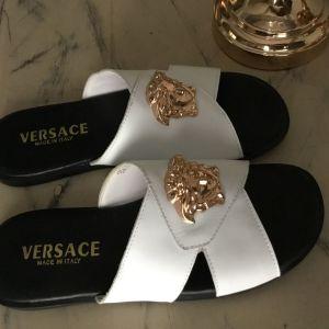 Λευκά σανδάλια οίκου Versace