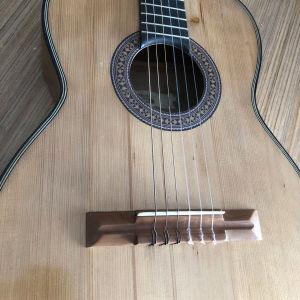 Χειροποίητη Κιθάρα από τα μουσικά όργανα Candia του 1920 αναπαλαιωμένη σε άριστη κατάσταση σαν καινούργια !