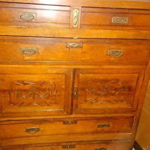 Σιφονιέρα συρταριέρα με μάρμαρο από πάνω και κομότα με μάρμαρο και καθρέφτη του 1900.