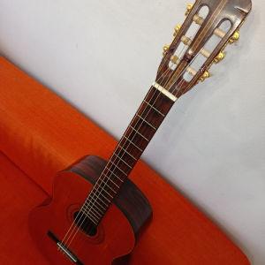 κλασσική κιθάρα με σπασμένο και ξανά κολλημένο καραουλο.