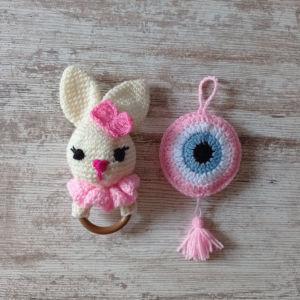 Σετ δώρου για νεογέννητα. Αποτελείται από ένα amigurumi ροζ λαγουδάκι κουκλάκι και ένα ροζ ματάκι γούρι. Ύψος κουνελιού 23 εκ. Μήκος 11 εκ. Διάμετρος ματιού 11 εκ. Περιλαμβάνεται συσκευασία δώρου.