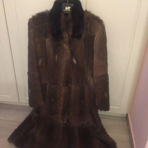 Γουνινο μακρυ παλτο,με μονοκομματα ζωακια κ  με φινιρισμα  βιζον  στο γιακα μακρος  1,20 μασχαλη με  μασχαλη 0,57 μεγεθος large σε καλη κατασταση