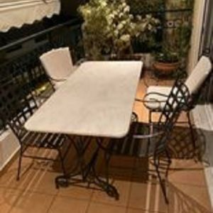 Πωλείται σιδερένιο μασίφ τραπέζι βεράντας